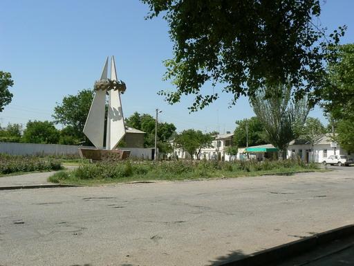 Памятник участникам ВОВ 1941-1945 г.г. на ул. Домбрабад.